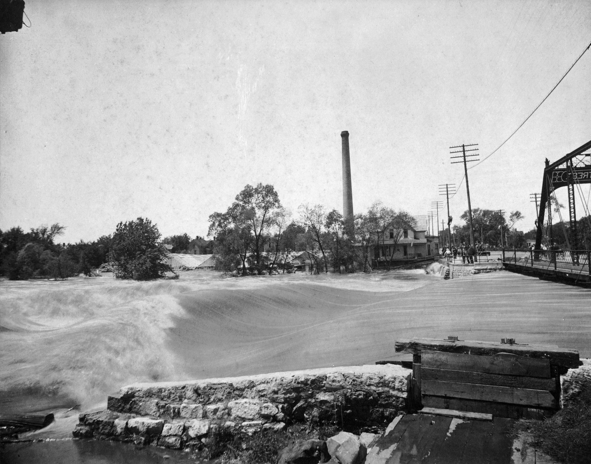 Austin's flood of 1908 was a big one. This picture at the old Water Street bridge (present-day 4th Ave NE) looks west toward the site where Riverside Arena sits today