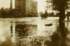 Residents-of-Austin-appear-stranded-on-the-porch-of-the-Peerless-Mill-1908-flood